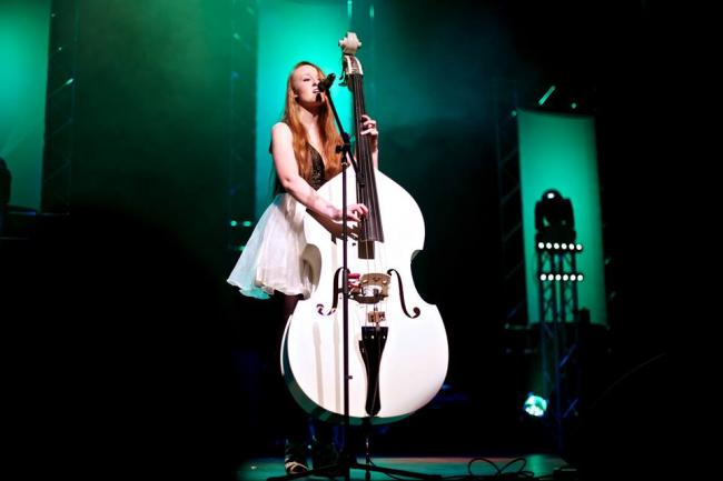 Singing with the double bass ... Amalia Jocelyn.